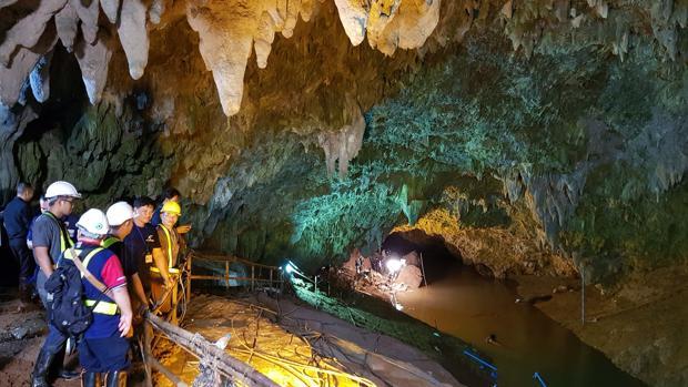 Los 12 niños atrapados en una cueva podrían pasar meses en su interior si no aprenden a bucear