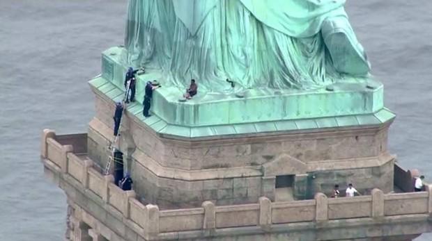 Resultado de imagen para mujer escala estatua de la libertas