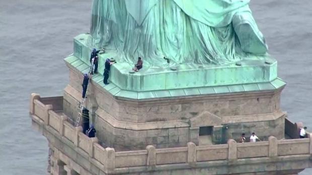 Presentan cargos contra la mujer que trepó la Estatua de la Libertad