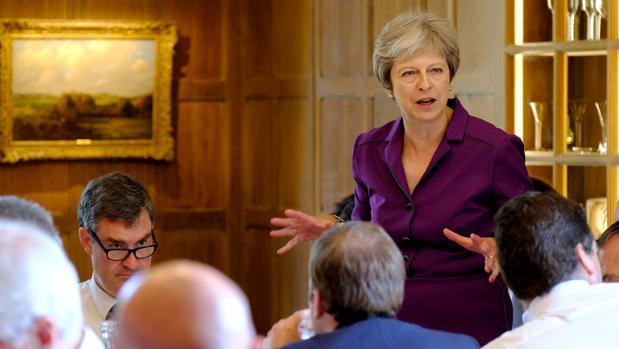 Theresa May acuerda con su gobierno una propuesta para suavizar el Brexit