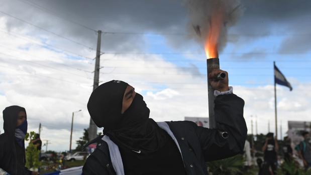 Un manifestante dispara un mortero casero durante una protesta en Managua el pasado 4 de julio