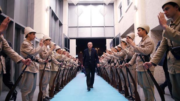 Erdogan purga a más de 18.000 funcionarios en Turquía por supuesto golpismo