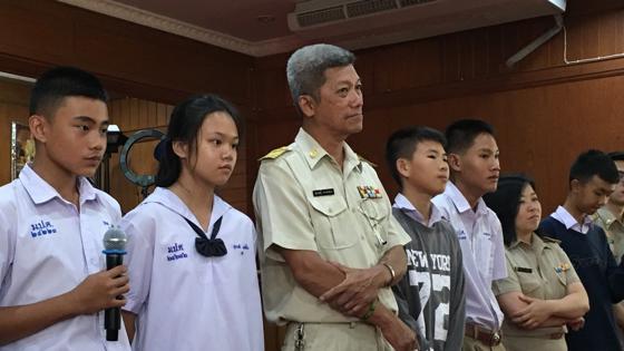 En el colegio Prasitsart de Mae Sai, donde estudian seis de los doce niños atrapados en la cueva de Tham Luang, sus amigos los recuerdan y les envían mensajes de ánimo. Esperan volver a verlos pronto para jugar al fútbol y comer pollo frito
