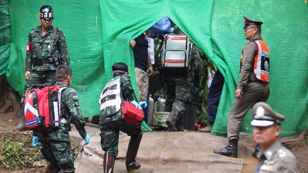 Personal médico accede a una zona restringida durante los preparativos para transportar a los niños rescatados al hospital en los alrededores de la cueva Tham Luang en el parque Khun Nam Nang, provincia de Chiang Rai