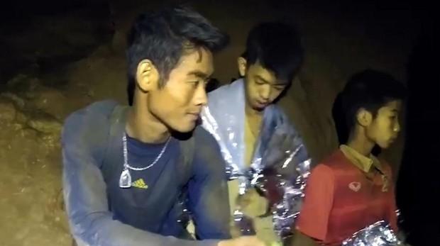 Rescatados los doce niños y el entrenador atrapados en una cueva de Tailandia
