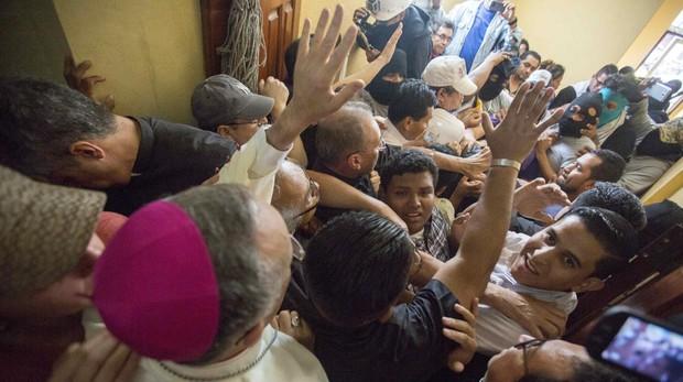 Paralizado el diálogo en Nicaragua tras la agresión de paramilitares sandinistas a un grupo de obispos