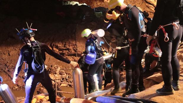 Los buzos esperan rescatar entre martes y miércoles a los últimos cinco atrapados en la cueva de Tailandia