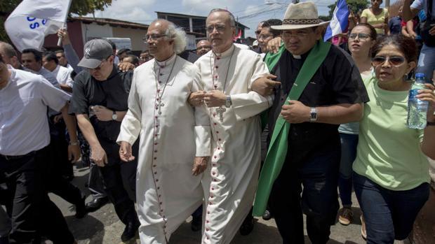 El cardenal Leopoldo Brenes y el obispo Silvio Báez protestan en rechazo a las violentas acciones perpetuadas en la Iglesia de San Sebastián