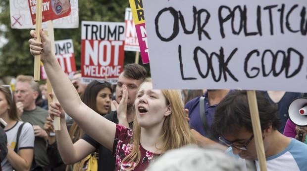Decenas de manifestantes ante la residencia del embajador de EE.UU. en Londres, donde Trump pasará la primera noche de su visita al Reino Unido