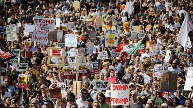 Miles de personas protestan contra la visita de Trump al Reino Unido: «No es bienvenido»