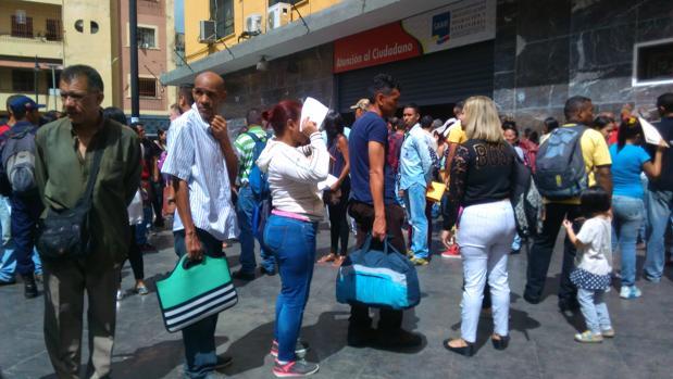 Venezolanos hacen fila en el Saime para preguntar por la prórroga de su pasaporte