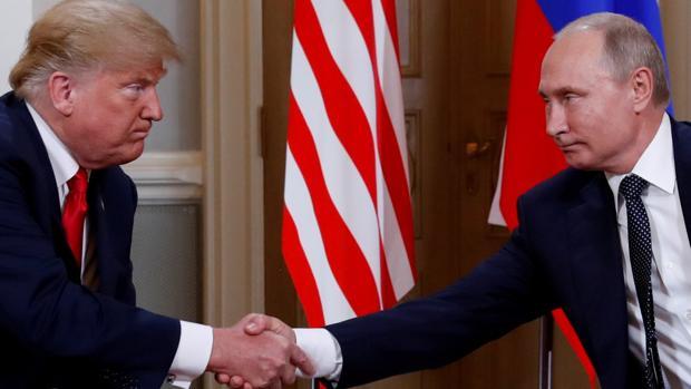 El presidente de Estados Unidos, Donald Trump, estrecha la mano de su homólogo ruso, Vladímir Putin