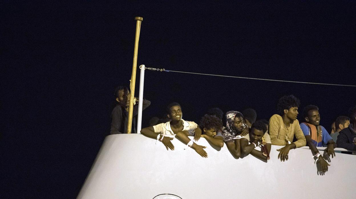 Italia autoriza el desembarco de 447 inmigrantes para distribuirlos a cinco países de la UE