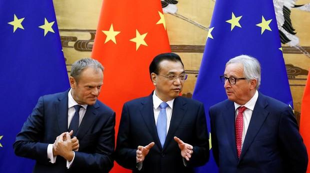 El presidente del Consejo Europeo, Donald Tusk, junto al primer ministro chino, Li Keqiang y el presidente de la Comisión Europea, Jean-Claude Junker, ayer en Pekín