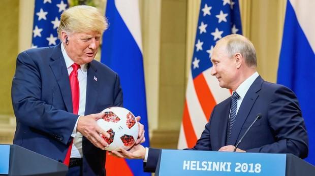 Los servicios secretos investigarán el balón que regaló Putin a Trump en Helsinki