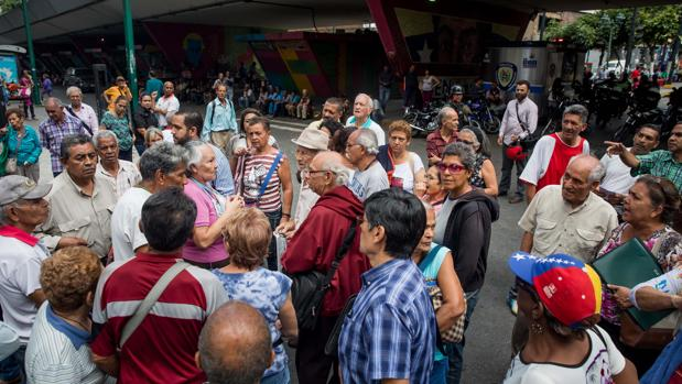 Los jubilados venezolanos exigen al Gobierno el pago «completo» de las pensiones en efectivo