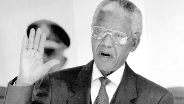 Nelson Mandela jura su cargo como presidente de Sudáfrica en 1994