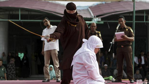 Una mujer azotada en público por adulterio en Indonesia
