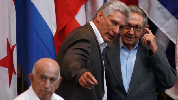 El presidente de Cuba, Miguel Díaz-Canel, habla con su predecesor, Raúl Castro, el pasado 17 de julio