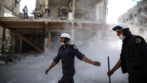 Voluntarios civiles, conocidos como «cascos blancos», en Siria en octubre de 2016