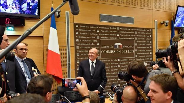 El ministro del interior franc s tira balones fuera ante for Escuchas del ministro del interior