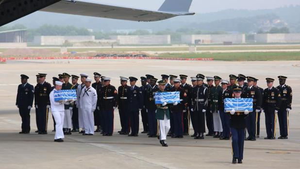 Soldados estadounidenses, hoy, con cajas que contienen los restos de soldados caídos