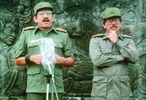 Humberto Ortega (izquierda) y Daniel Ortega