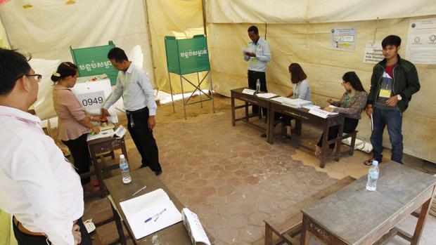 Comienza el recuento de unas elecciones bajo sospecha en Camboya