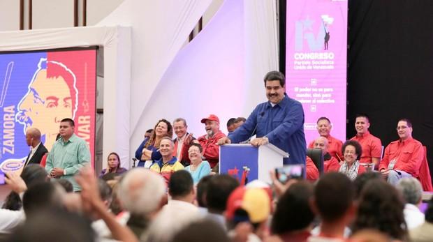 Un apagón desluce la reelección de Maduro como líder del PSUV