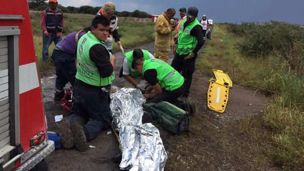 Los servicios de emergencia atienden a uno de los heridos en el accidente de avión en Durango (México)