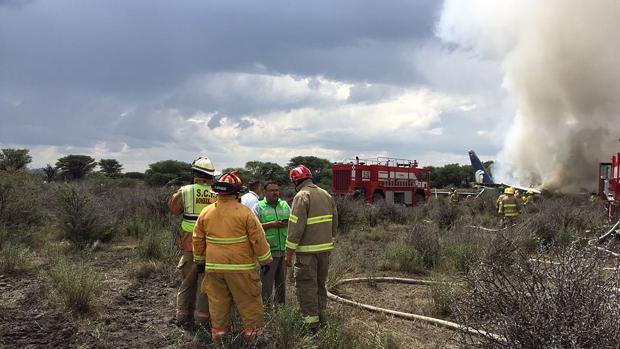 Los servicios de emergencia trabajan en el lugar donde se estrelló el avión en Durango, México