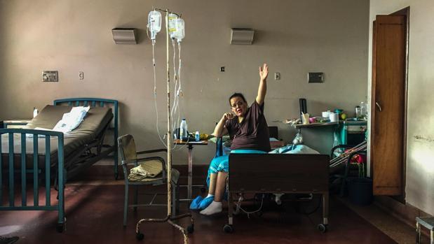 Una mujer se alimenta a base de granos y harina en el Hospital Universitario de Caracas