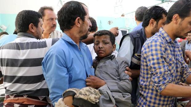 Un niño es socorrido tras el bombardeo del autobús en Yemen
