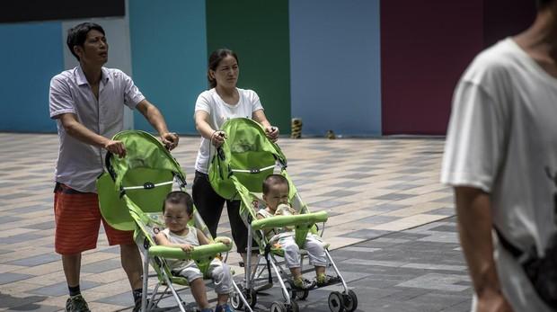 Un matrimonio pasea por Pekín con dos hijos, los permitidos por la ley