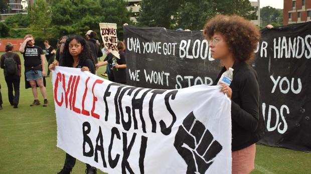 Grupo de manifestantes en Charlottesville