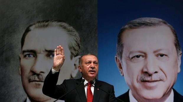 Erdogan vincula el desplome de la lira a un «complot internacional»
