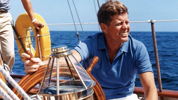 Kennedy, en el verano de 1962, navegando en Rhode Island (EE.UU.)