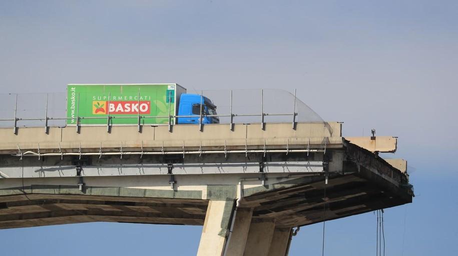 En «estado de shock» el camionero que se quedó a punto de caer al vacío en el puente de Génova