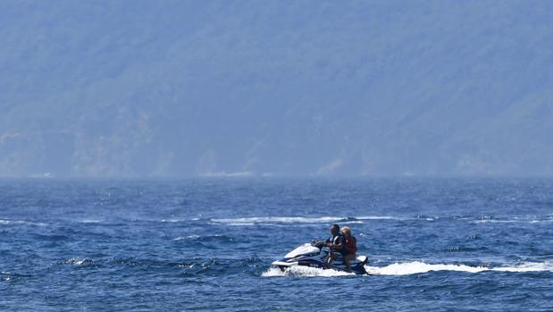 Brigitte Macron, la esposa del presidente francés, viaja como pasajero en la parte trasera de una moto acuática, frente a la costa de Fort de Bregancon