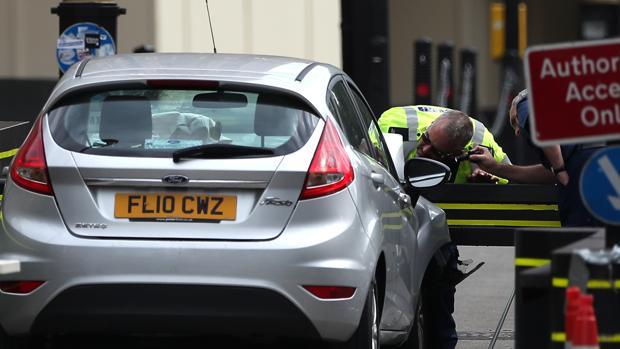 La Policía inspecciona el Ford Fiesta plateado que el atacante estrelló contra las barreras del Parlamento