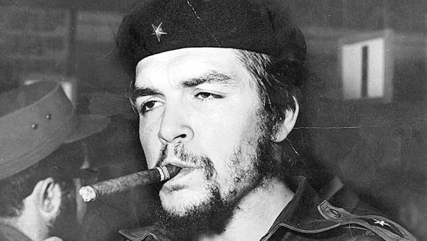 Ernesto Guevara, en una imagen icónica con un habano