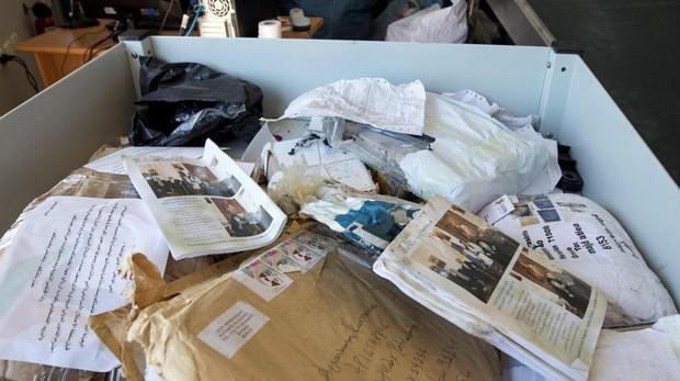 Correspondencia sin entregar es vista en una oficina de correos internacional en Jericó, Palestina