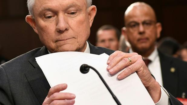 Jeff Sessions testifica en una sesión del comité de inteligencia del Senado de EE.UU.