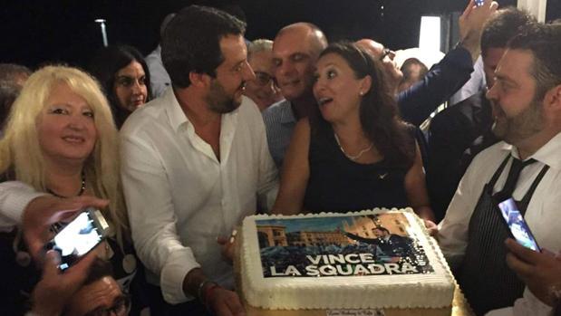 Italia arde al saberse que Salvini se fue de fiesta el día de la tragedia de Génova