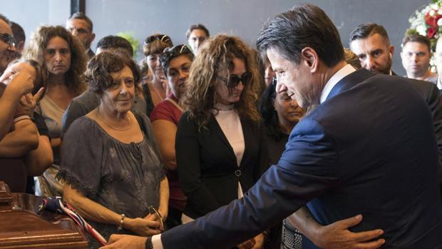 El Primer Ministro italiano Giuseppe Conte consuela a los familiares de las víctimas