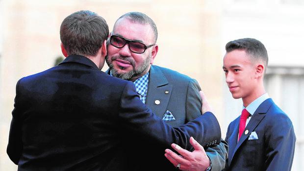 El presidente francés, Emmanuel Macron (de espaldas), recibe al rey Mohamed VI en París