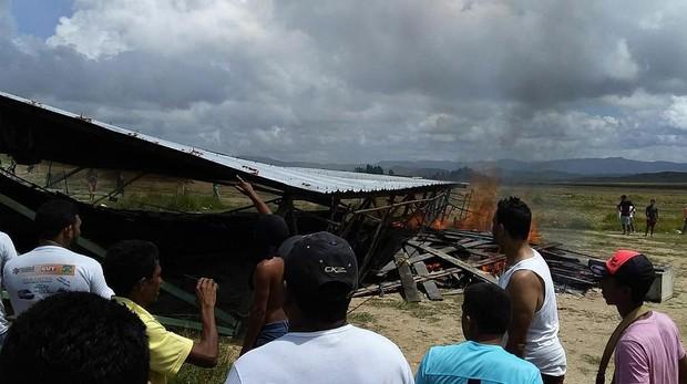 Al menos 1.200 venezolanos abandonan Brasil tras incidentes en la frontera