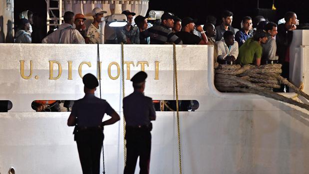 El barco militar italiano con 177 inmigrantes a bordo atracará en Catania