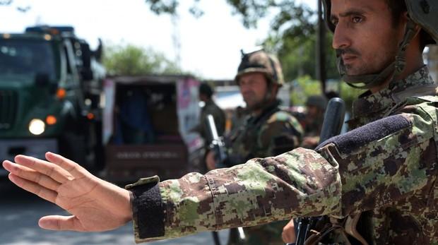Soldados del Ejército Nacional Afgano registran vehículos en un puesto de control en Jalalabad