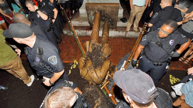 Manifestantes derriban la estatua de un soldado confederado en Carolina del Norte